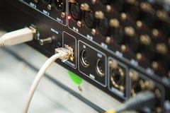 De retour du mixeur son avec des connecteurs photographie stock