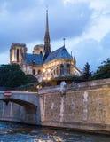 De retour du Notre Dame Cathedral de la rivière la Seine photos stock