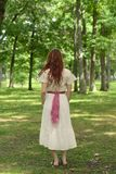 De retour de la femme de vintage en parc image stock