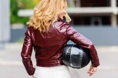 de retour vue de femme dans le casque de moto de participation de veste en cuir photo libre de droits