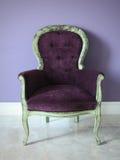 De retro purpere stoel Stock Foto's