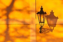 De retro straatlantaarn op de muur bij zonsondergang royalty-vrije stock fotografie