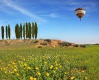 De reusachtige ballon die in de blauwe hemel vliegen Royalty-vrije Stock Afbeeldingen
