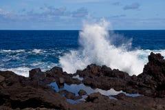 De reusachtige golven worstelen constant met de kust Royalty-vrije Stock Foto