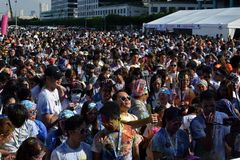 De reusachtige menigte van Jongeren verzamelt zich bij Kleur Manilla schittert Looppas op stadsvierkant Openbare gebeurtenis stock foto