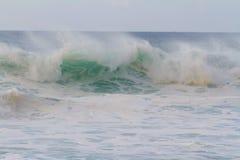 De reusachtige Onderbreking van de Golf tijdens Onweer Royalty-vrije Stock Afbeeldingen
