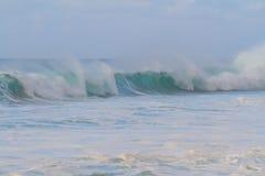 De reusachtige Onderbreking van de Golf tijdens Onweer Royalty-vrije Stock Foto