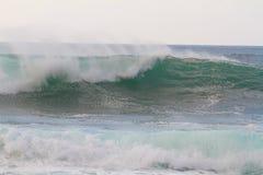 De reusachtige Onderbreking van de Golf tijdens Onweer Stock Foto's