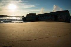 De reusachtige plons van het golfwater achter blokhuis op toneel mooi zandig strandzeegezicht met het bespatten van golven Royalty-vrije Stock Fotografie