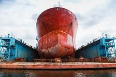 De reusachtige rode tanker is in drijvend dok stock foto