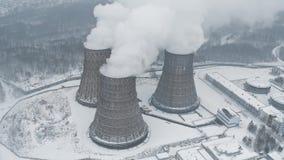 De reusachtige rokende thermische krachtcentrale verontreinigt milieu met toxische emissies stock video