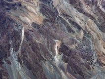 De reusachtige verticale muur van het afzettingsgesteente is een verschillende inham: Bourgondië, grijze, witte, purpere, natuurl Stock Foto's