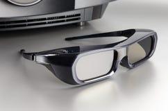De reusachtige zwarte projector van de huisbioskoop met 3D glazen Stock Afbeelding
