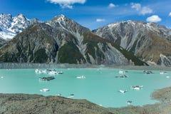 De reuze drijvende ijsbergen op Tasman-Gletsjermeer in Aoraki zetten Cook National Park, Zuideneiland van op Nieuw Zeeland stock foto
