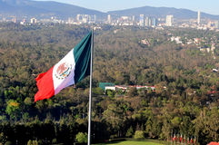 De reuze Mexicaanse nationale vlag hekelt boven Mexico-City Royalty-vrije Stock Fotografie