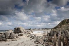 De reuzekustlijn van granietstenen in Bretagne, Frankrijk Stock Afbeeldingen