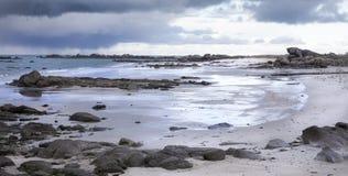 De reuzekustlijn van granietstenen in Bretagne, Frankrijk Stock Foto