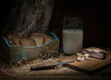 De reuzel met broodmelk op de lijst aangaande de donkere achtergrond Stock Afbeeldingen