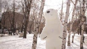 De reuzemarionetten dragen gangen op een snow-covered berk bosmarionetten in het park stock footage