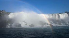 De reuzeregenboog over het mooie en indrukwekkende panorama van Niagara valt in Ontario Canada stock footage