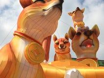 De reuzevertoning van de Hondenlantaarn bij Chinatown stock foto