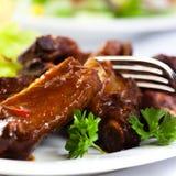 De ribben van het varkensvlees met zoete saus Stock Afbeeldingen