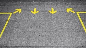 De richting van het pijlteken op vloer stock afbeeldingen