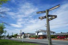 De richting voorziet in het dichtbijgelegen motel van wegwijzers opzet Cook royalty-vrije stock afbeelding