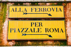 De richtingsteken van Alla Ferrovia en van Piazzale Rome in Venetië stock afbeeldingen