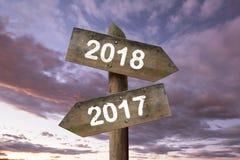 de richtingstekens van 2018 met hemelachtergrond Het concept van het nieuwjaar Stock Foto