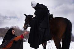 De ridder geeft de boer een muntstuk Stock Afbeeldingen
