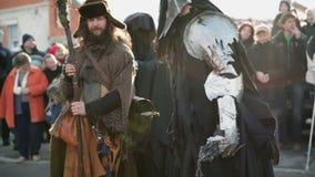 De ridder maakt een beweging naar een tovenaar stock video