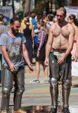 De ridders na de strijd kwamen verfrist met water uit de fontein royalty-vrije stock afbeeldingen
