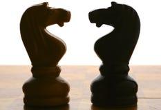 De ridderssilhouetten van het schaak Stock Fotografie