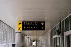 De riem van de luchthavenbagage met het bewegen van bagage in scherpe kleuren Royalty-vrije Stock Foto