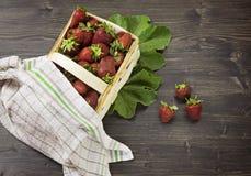 De rieten mand tot de bovenkant wordt gevuld met verse aardbeien Royalty-vrije Stock Foto's