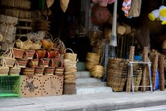 De rieten mand van de marktrotan Rotan of bamboeambachtshand - van natuurlijke stromand die wordt gemaakt royalty-vrije stock afbeeldingen