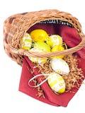 De rieten mand van Pasen met kleurrijke eieren Royalty-vrije Stock Foto's
