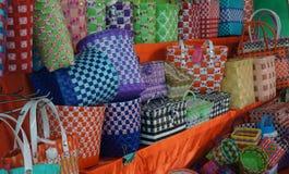De rieten mand wordt gemaakt van multi-colored plastiek royalty-vrije stock afbeelding