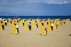 De rieten stoelen van het strand dichtbij overzees stock fotografie