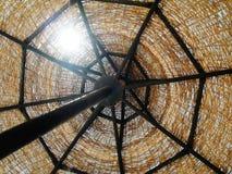 De rieten zonparaplu op de blauwe hemelachtergrond close-up royalty-vrije stock afbeeldingen