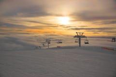 De rij van een stoellift in een skitoevlucht in de winter, de wolken is bij de bodem Royalty-vrije Stock Foto's