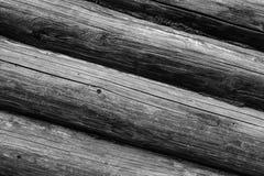 De rij van de grijze ronde oppervlakte van de logboeken horizontale verwering barstte oude rustieke zwart-wit basis als achtergro stock afbeelding