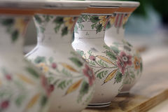 De rij van hand schilderde witte het aardewerkvazen van Delft met bloemendetails in Holland stock foto