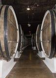 De rij van het gangpakhuis van grote houten vaten de whisky van de wijnopslag royalty-vrije stock foto's