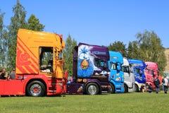 De rij van Kleurrijk toont Vrachtwagens Stock Fotografie