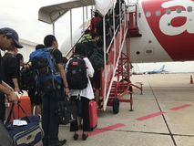 De rij van passagiers die aan de cabine met staaltreden stapelen te krijgen royalty-vrije stock fotografie