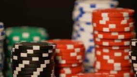 De rijen die van de casinospaander zich op lijst, het winnen grote som geld, pookweddenschappen bevinden stock footage