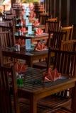 De rijen van cafélijsten aangaande de veranda met aardige servetten zijn daar Stock Foto