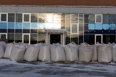 De rijen van pallets met grote zakken in voorraad, voor het verdere leegmaken en verwerking stock foto's